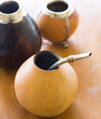 Традиционно настой распивают из, так называемых, калабасов с помощью бомбильи. Фото: Travel Ink/Getty Images
