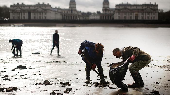 Добровольцы чистят берега реки Темзы в Лондоне от мусора. Фото: Matthew Lloyd/Getty Images
