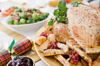 Брюн советует налегать на горячую и жирную пищу - она обволакивает желудок, снижая алкогольную интоксикацию. Фото:  Matt Hind/Getty Images