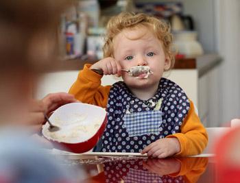 26,8% опрошенных россиян ответили, что их дети на завтрак едят обычную кашу с вареньем, орехами, мёдом или фруктами. Фото: Sean Gallup/Getty Images