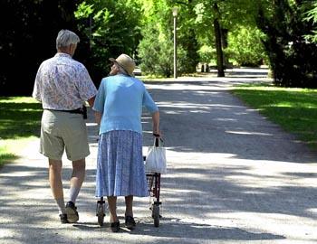Продолжительность жизни мужчин и женщин к 2030 году должна сравняться. Фото: JOERG KOCH /Getty Images