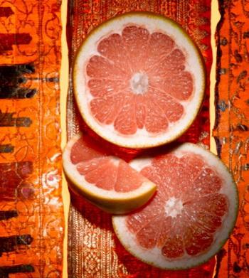 Нарингенин - антиоксидант, который придает грейпфруту горьковатый вкус, усиливает процесс расщепления жиров в печени и повышает чувствительность организма к гормону инсулин. Фото: StockFood Creative/Getty Images