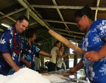 Премьер-министр Новой Зеландии Джон Keй посещает кокосовую плантацию в Апиа (Острова Самоа), где производится кокосовое масло. Фото: Phil Walter/Getty Images.