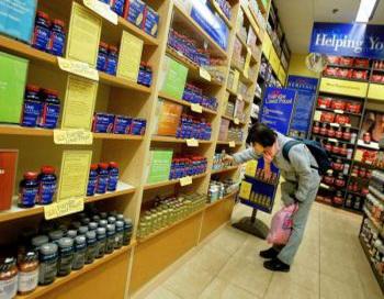 Покупатель рассматривает в магазине Нью-Йорка витаминные добавки. Новое исследование показало, что возможно существует связь между употреблением витамина B6 и снижением риска развития рака легких. Фото: Chris Hondros/Getty Images