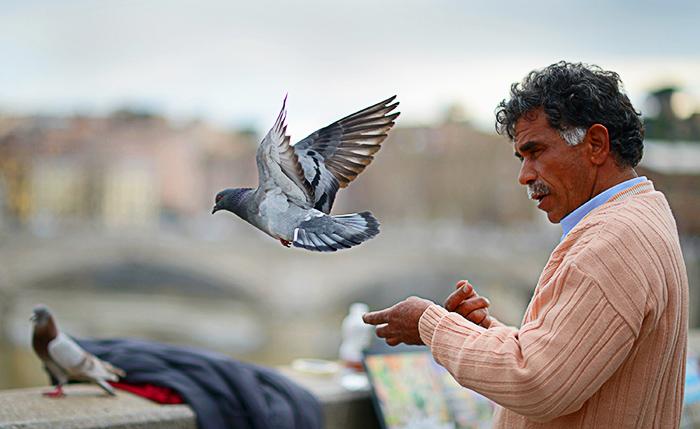 Чем меньше человек привязан к чему-либо, тем проще ему идти по жизни. Фото: Jeff J Mitchell/Getty Images