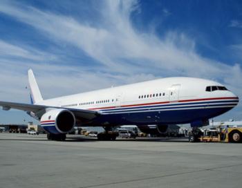 Во время маневра Boeing-777 зацепил борт китайского авиалайнера. Фото: Erik Simonsen/Getty Images