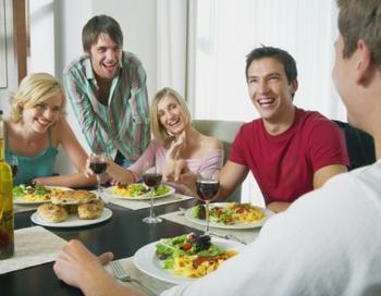 Человек, занятый за столом увлекательным разговором, съест меньше чем тот, кому нечем развлекаться, помимо еды. Фото: Dan Dalton/Getty Images