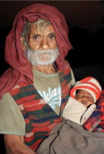 Новоиспеченному отцу из Индии более 90 лет. Фото: Times of India
