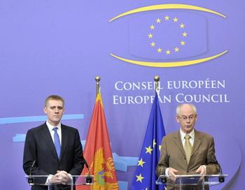 Президент ЕС Херман Ван Ромпей (справа) и премьер-министр Черногории, Игорь Лукшич дают пресс-конференцию после заседания ЕС в Брюсселе 23 марта 2012 года. Фото: GEORGES GOBET/AFP/Getty Images