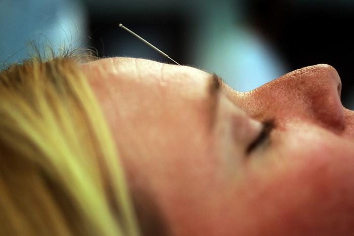 Установление диагноза «рак молочной железы» может вызвать у пациента стрессовую ситуацию, в которой помощь, зачастую, могут оказать альтернативные методы лечения, такие как акупунктура.