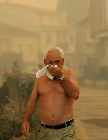 По данным Института имени Склифосовского, в дни температурных рекордов, начиная с 22 июля, бригады скорой помощи совершили по Москве в среднем по 8 тыс. выездов ежедневно. Фото: MIGUEL RIOPA/AFP/Getty Images