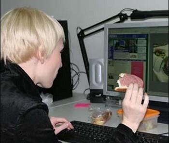 Обед перед компьютером крайне опасен. Фото с mignews.com.ua