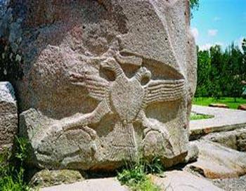 Двуглавый орел хеттов около деревни Богазкей, Турция  Оба фото с сайта: Fotki.yandex.ru