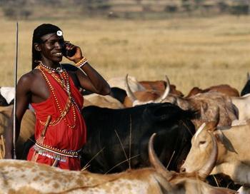 Кенийские аборигены оценили удобство сотовой связи, но, возможно, они еще не слышали об их канцерогенности. Фото: Joseph Van Os/Getty Images