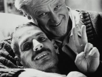 Все начиналось с первых статей в New York Times и других изданиях в начале лета 1981 года… Отец обнимает сына, страдающего ВИЧ-инфекцией. Фото: Bruce Ayres/Getty Images