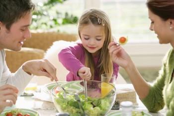 Трудно дать одни рекомендации людям всех возрастов, потому что в разные периоды жизни наш организм проявляет интерес к различным витаминам. Фото:Harald Eisenberger/Getty Images.