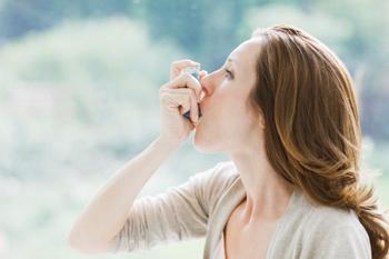 Использование дозирующих ингаляторов для лечения бронхиальной астмы. Фото: Tom Merton/Getty Images.