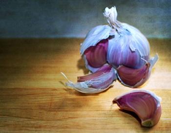 Чеснок - весьма эффективное средство для снижения уровня холестерина. Фото: Michelle McMahon/Getty Images.