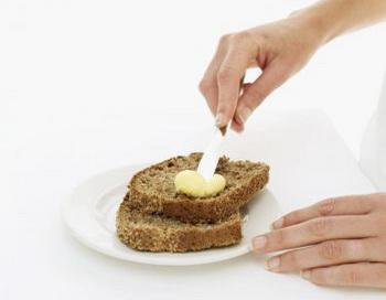 Хлеб с маслом - от чего из этого поправляются? Вы получили бы пятерку, если бы ответили, что от хлеба, так как этот продукт с высоким содержанием углеводов. Фото: Photos.com.