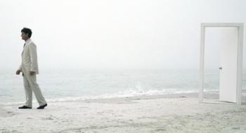 По ту сторону вас ожидает берег моря с теплым, мягким, белым песком и нежным морским бризом. Фото: PhotoAlto/Matthieu Spohn/Getty Images