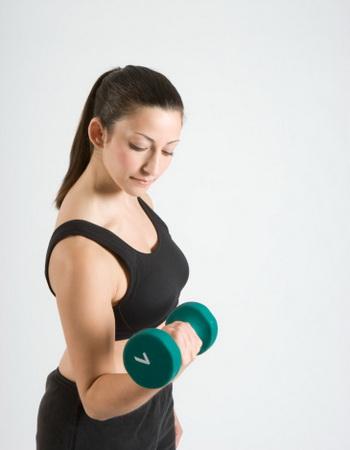 Несколько простых упражнений приведут мышцы ваших рук в тонус, прибавят вам бодрости и сил. Фото: Sheer Photo, Inc/Getty Images