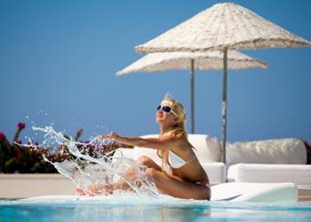 Молодые богатые женщины, могут позволить себе посещение солярия или длительное пребывание на пляже, что увеличивает риск рака кожи. Фото: Svemir/Getty Images
