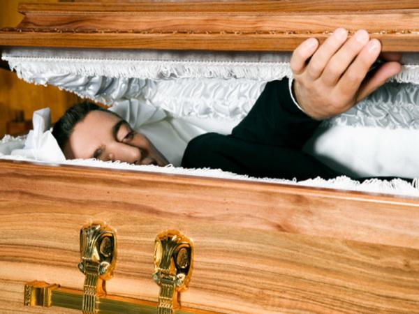 Бред Котара. При этом нарушении психики люди заявляют, что они уже давно умерли, а их организм разложился. Фото: altrendo images/Getty Images.