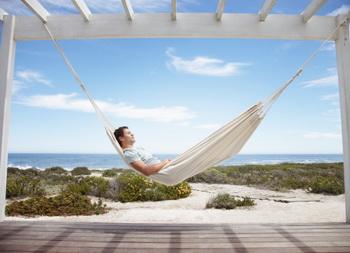 По мнению ученых, сон в гамаке лучше, чем попытки задремать на диване или в кровати. Фото: OJO Images/Getty Images.