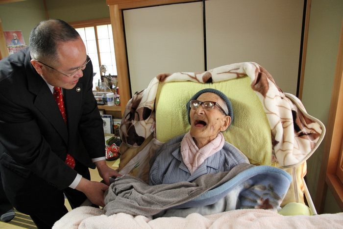 Житель Японии Иромон Кимура отмечает 116-летие в своём доме в кругу семьи 19 апреля 2013 г. Фото: Kyotango City Government via Getty Images