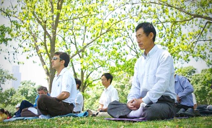 На многих европейских языках слова «медицина» и «медитация» имеют префикс «мед», что обращает внимание на значение середины, баланса, уравновешенности. Фото: Minghui.org