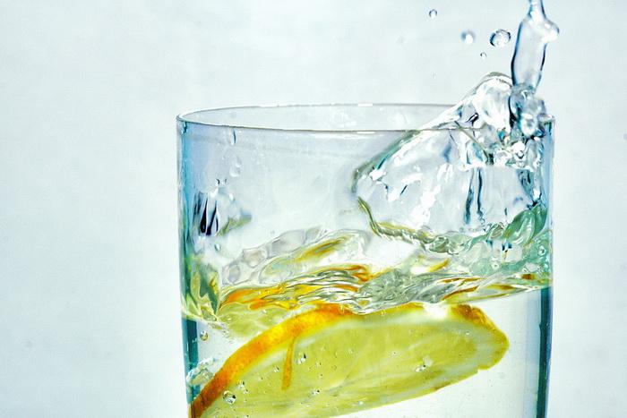Шесть веских причин для приёма по утрам воды с лимоном. Фото: RedBull Trinker/flickr.com