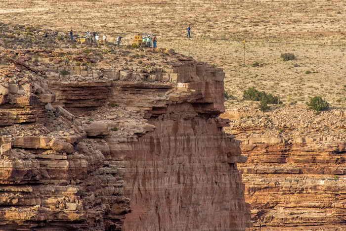 Известный канатоходец из США Ник Валленда 23 июня пересёк по натянутому на высоте 457 метров тросу Гранд-Каньон (Большой Каньон) в штате Аризона. Фото:  JOE KLAMAR/AFP/Getty Images