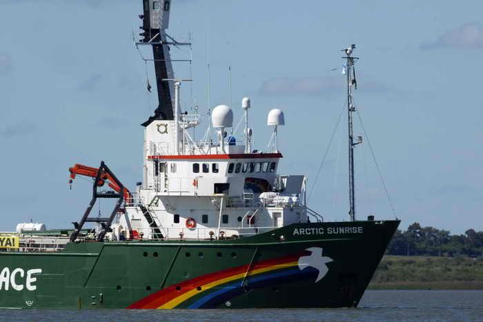 Экологи Гринпис должны пробыть в тюрьме два месяца. «Российские власти пытаются препятствовать людям, которые выступают против добычи нефти в Арктике , но это вопиющее запугивание не удастся»,— заявил директор Гринпис Куми Найду. Фото: MIGUEL ROJO/AFP/Getty Images