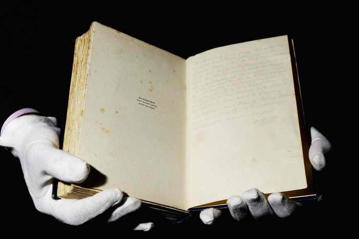 Криминальный музей Скотланд-Ярда откроется в Лондоне. Книга содержащая  оригинальные записи  сделанные старшим инспектором  Дональдом Свенсонсоном. Фото: Will Rose-Pool/Getty Images