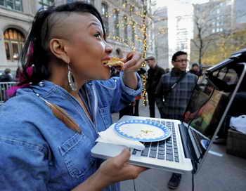 Есть перед компьютером — опасно для здоровья, считают учёные. Фото: STAN HONDA/AFP/Getty Images