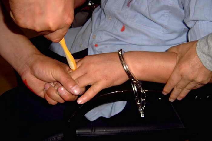 Инсценировка одной из пыток, используемых в китайских тюрьмах для преследования последователей Фалуньгун. Фото с сайта minghui.org