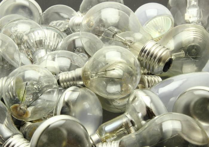 Выкрученные лампочки. Фото: Shutterstock