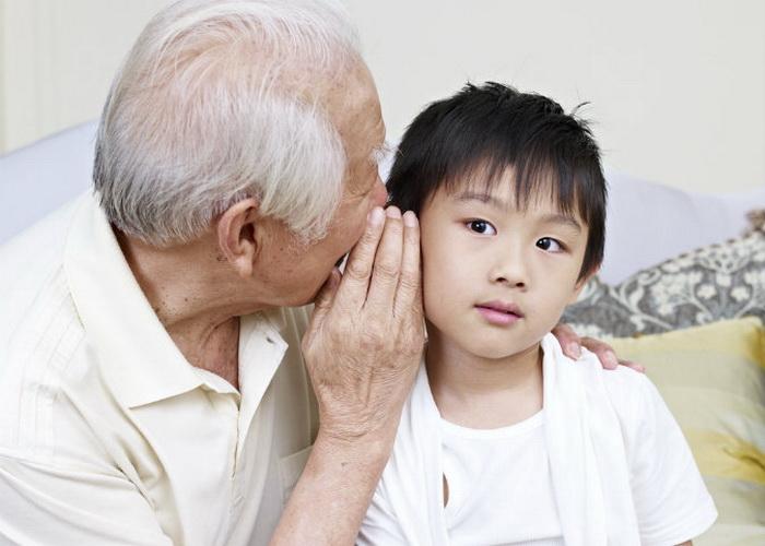 «Дедушка Рэй показал мне, как работает игрушка». Фото: Shutterstock