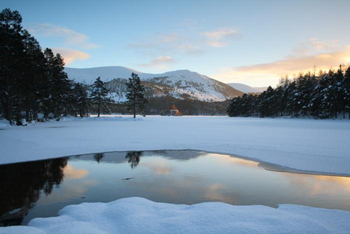 Частично замёрзшее озеро Лох-ан-Эйлин в национальном парке Кернгорм, Шотландия. Фото: Shutterstock*