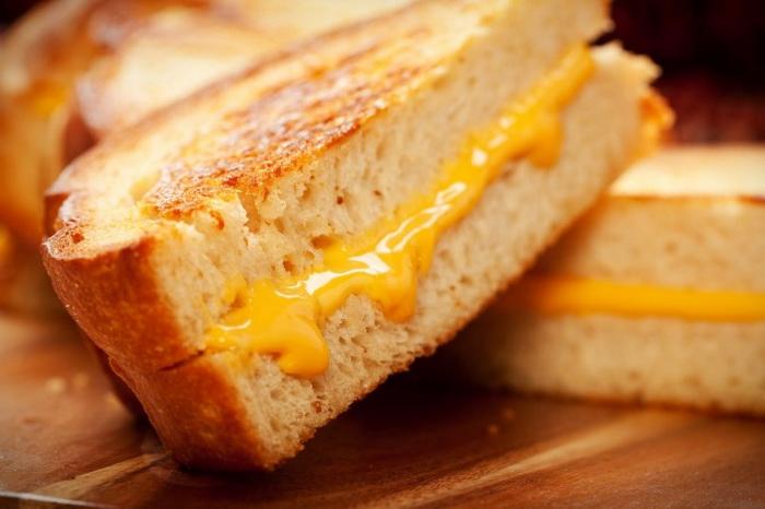 Подрумяненные и хрустящие горячие бутерброды с сыром.  Фото: Msheldrake / Photos.com
