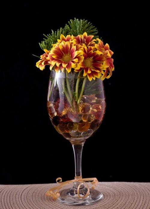 Композиция в бокале из цветов и золотистой гальки. Фото: Cat Rooney/Epoch Times