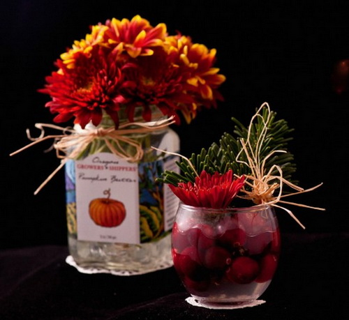 Пустая банка с красивой этикеткой, украшенная бантиком, может стать отличной вазой. Фото: Cat Rooney/Epoch Times