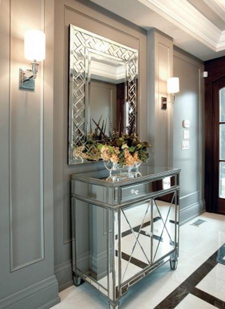 Шкаф с зеркалом добавит блеска и элегантности любой прихожей. Фото: CHT Media