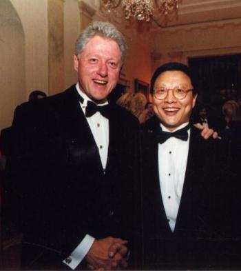 В Белом Доме: Брайт Шэн с Президентом Клинтоном на официальном обеде в Белом Доме, где в 1999 г. состоялась премьера «Трех песен для пипы и виолончели» Шэна