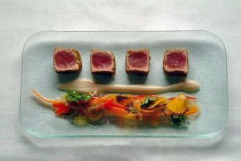 Ахи с растительным севиче и пюре анчоуса. Фото с сайта theepochtimes.com  (фото шеф-повар ресторана Мавро)