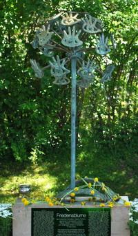 Памятник Доброты. Добрые руки, образующие одуванчик, представляют земной шар. Фото с сайта dobrota.us