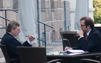 Фото: Генеральный директор Boston Consulting Group Ханс Пауль Бюркнер, в беседе с главным редактором немецкого издания Epoch Times Флорианом Годовитс. Фото: Maria Zheng/The Epoch Times