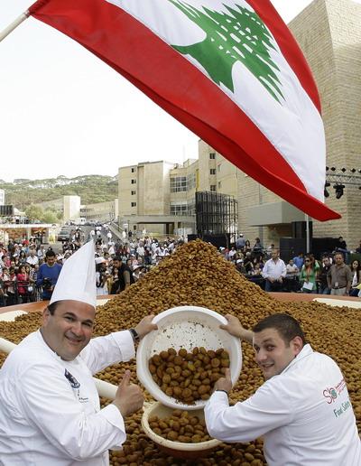 Ливанские шеф-повара вокруг самой большой спутниковой тарелки со своим детищем. Фото: ANWAR AMRO/AFP/Getty Images