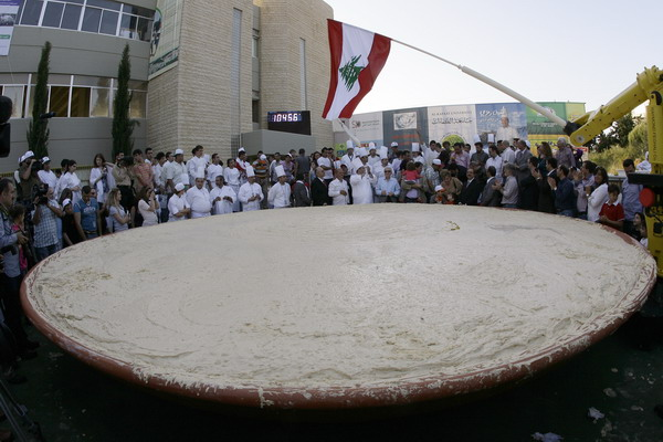 Огромный хумус весил 10 452 кг, число, соответствующее площади, которую занимает  Ливан -  10452 кв. км. Фото: ANWAR AMRO/AFP/Getty Images