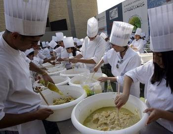 Для приготовления самого большого хумуса в мире было привлечено более 300 поваров. Фото: ANWAR AMRO/AFP/Getty Images